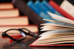 Libros con los libros y los vidrios Imagen de archivo libre de regalías