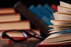 Libros con los libros y los vidrios Fotos de archivo libres de regalías
