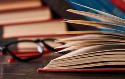 Libros con los libros y los vidrios Imagen de archivo