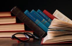 Libros con los libros y los vidrios Foto de archivo libre de regalías
