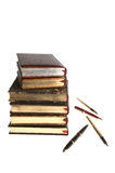 Libros con oro y plumas Fotos de archivo libres de regalías