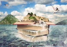 Libros con una isla agradable en el top Fotografía de archivo