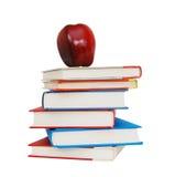 Libros con una manzana roja grande Imagen de archivo libre de regalías