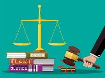 Libros de código de la ley, escalas de la justicia y mazo del juez ilustración del vector