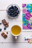 Libros de colorear adultos, concepto del mindfulness Fotografía de archivo