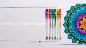 Libros de colorear adultos, concepto del mindfulness Imagenes de archivo