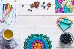 Libros de colorear adultos, concepto del mindfulness Foto de archivo libre de regalías