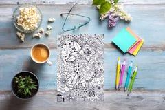 Libros de colorear adultos, concepto del mindfulness Fotografía de archivo libre de regalías