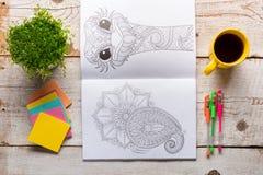Libros de colorear adultos, nueva tendencia del alivio de tensión Imágenes de archivo libres de regalías