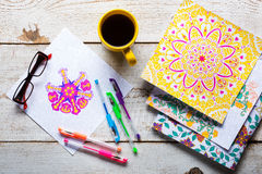 Libros de colorear adultos, nueva tendencia del alivio de tensión Imagen de archivo libre de regalías