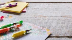 Libros de colorear adultos, nueva tendencia del alivio de tensión Fotos de archivo libres de regalías