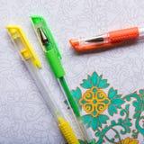 Libros de colorear adultos, nueva tendencia del alivio de tensión Fotografía de archivo libre de regalías