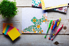 Libros de colorear adultos, tendencia del alivio de tensión, concepto del mindfulness Foto de archivo