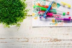 Libros de colorear adultos, tendencia del alivio de tensión, concepto del mindfulness Fotografía de archivo