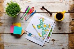 Libros de colorear adultos, tendencia del alivio de tensión, concepto del mindfulness Imagenes de archivo