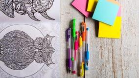 Libros de colorear adultos, tendencia del alivio de tensión, concepto del mindfulness Imágenes de archivo libres de regalías
