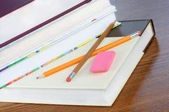 Libros de escuela, empilados, con los lápices Foto de archivo libre de regalías