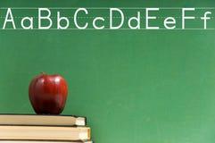 Libros de escuela y pizarra Imágenes de archivo libres de regalías