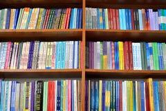 Libros de la física en los estantes fotos de archivo libres de regalías