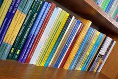 Libros de la física en los estantes en biblioteca fotos de archivo libres de regalías