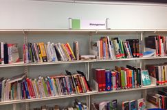 Libros de la gestión en un estante Foto de archivo libre de regalías