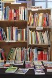Libros de la segunda mano visualizados en una caja de libro Fotos de archivo