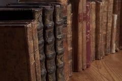 Libros de la vendimia en una fila Imágenes de archivo libres de regalías