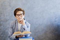 Libros de lectura adolescentes lindos del muchacho Foto de archivo libre de regalías