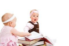 Libros de lectura de las muchachas Foto de archivo libre de regalías