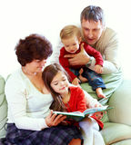 Libros de lectura de los abuelos a los nietos Foto de archivo