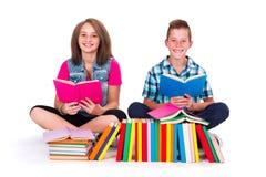 Libros de lectura de los estudiantes Fotografía de archivo