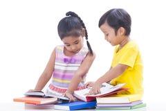 Libros de lectura del muchacho y de la muchacha Foto de archivo