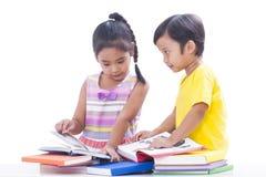 Libros de lectura del muchacho y de la muchacha Imagen de archivo libre de regalías