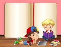 Libros de lectura del muchacho y de la muchacha Foto de archivo libre de regalías