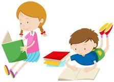 Libros de lectura del muchacho y de la muchacha Imagenes de archivo