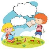 Libros de lectura del muchacho y de la muchacha en el parque Fotos de archivo libres de regalías