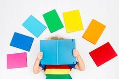Libros de lectura del niño Escuela para los niños Foto de archivo