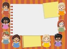 Libros de lectura lindos de los niños de la historieta ilustración del vector