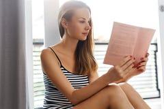Libros de lectura Mujer que goza del libro Pasatiempo recreativo fotos de archivo