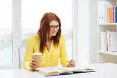 Libros de lectura sonrientes de la muchacha del estudiante en biblioteca Foto de archivo