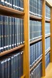 Libros de ley azul empilados en el estante Fotos de archivo