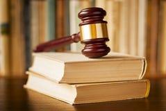 Libros de ley con un mazo de los jueces Foto de archivo libre de regalías