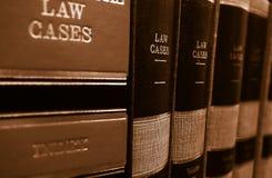 Libros de ley en un estante fotos de archivo
