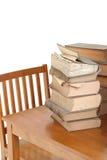 Libros de ley viejos en el escritorio Fotos de archivo libres de regalías