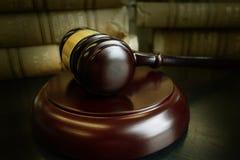 Libros de ley y mazo imagen de archivo libre de regalías