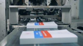 Libros de mudanza del equipo tipográfico, máquina automatizada almacen de metraje de vídeo