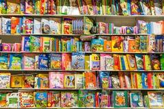 Libros de niños en estante de la biblioteca fotos de archivo