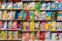 Libros de niños en estante de la biblioteca imagen de archivo libre de regalías