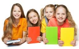 Libros de niños, grupo de las muchachas de los niños que lleva a cabo la cubierta de libro foto de archivo libre de regalías