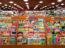 Libros de niños para la venta en estante de la biblioteca fotos de archivo